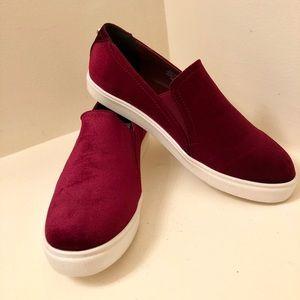 NWT lovely red velvet Steve Madden sneakers! Sz 10
